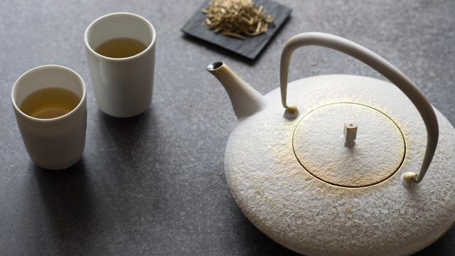 5/20(土)、21(日)雨晴にて「鉄瓶で愉しむ、加賀棒茶の会」をおこないます。